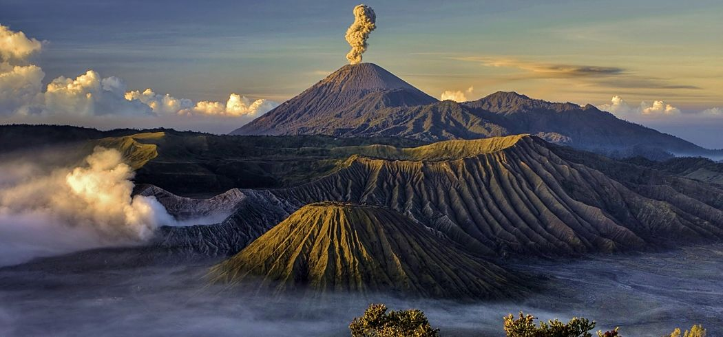 Indonesia Mt Bromo Puffing Fab Fotolia 14634410opt