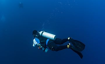 x Truk technical diver descending shutterstock 373471990 Copy opt