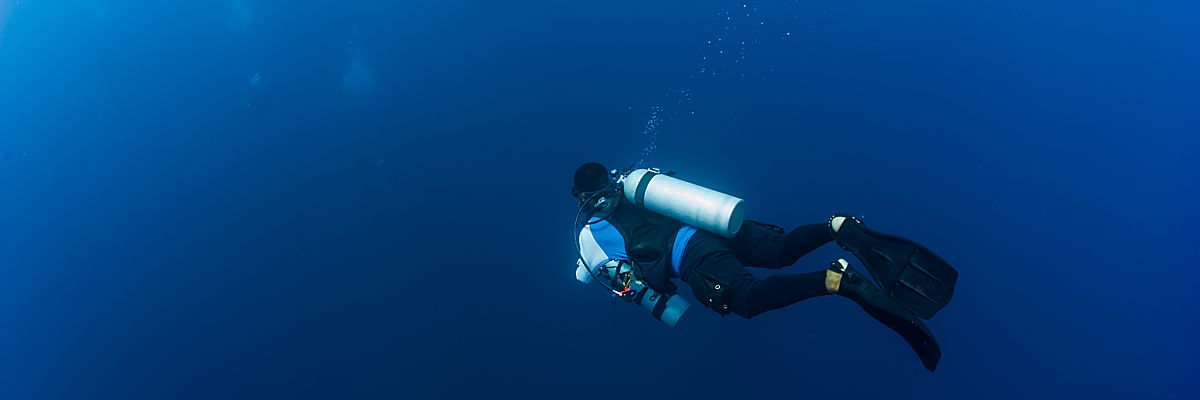 x Truk technical diver descending shutterstock 373471990 opt